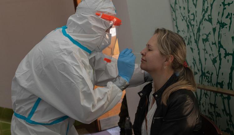 Nakažených v Česku nadále ubývá, v pondělí zpomalilo očkování