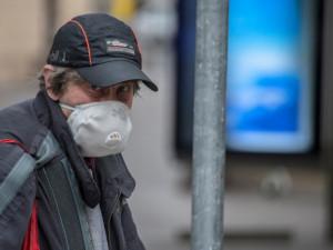 Od 10. května budou muset lidé venku mít zakrytá ústa a nos jen při blízkém setkání