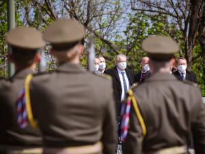 Politici v čele se Zemanem si připomněli na Vítkově výročí konce války