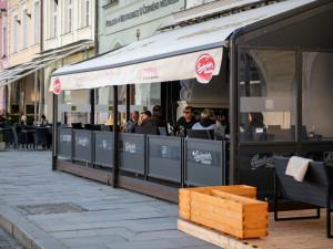 Zahrádky restaurací budou moci pro testované hosty otevřít příští pondělí