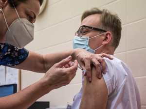 Epidemie covidu v Česku dál slábne, naopak tempo očkování zrychluje
