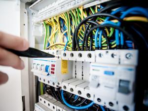 Za elektřinu si lidé ročně připlatí i více než tisíc korun, odhadují analytici