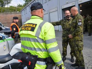 Policie obvinila čtyři vojáky z podílu na smrti vraha českého psovoda