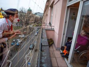 Zdravotní klauni rozdávají radost i v době koronaviru. Když nemohli do budov, rozveselovali ze vzduchu