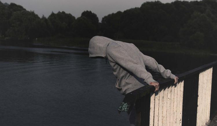 Trojnásobné riziko sebevražd, horší vztahy. Koronavirus stále mění životy