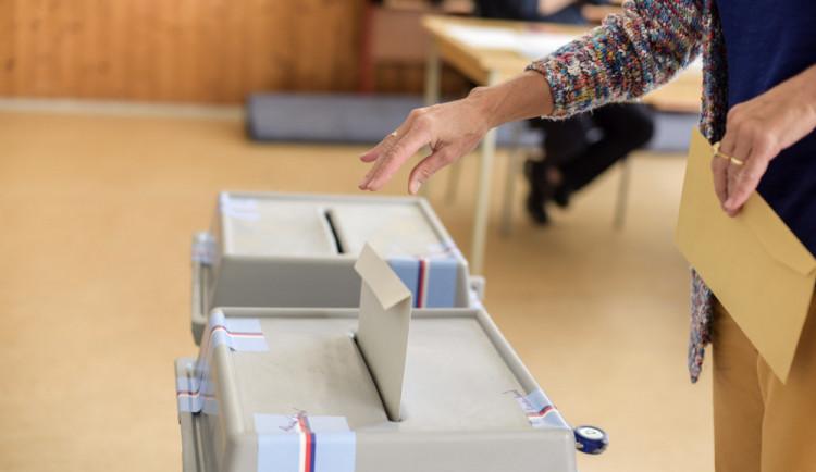 Strany mají do úterního odpoledne čas přihlásit se ke sněmovním volbám