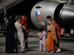 Úřady v současnosti vedou rozhovory s evakuovanými Afghánci