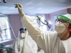 Ve druhé polovině září může být 500 hospitalizovaných s covidem-19, zní odhady