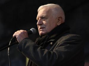 Bývalý prezident Klaus odjel z nemocnice rovnou do práce, cítí se dobře