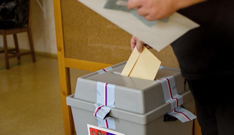 Ve 13 obcích dnes volí zastupitele, volební účast je zatím různá