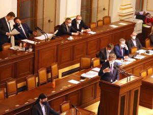 Vláda chce těsně před volbami jednat ve Sněmovně o zmrazení platů politiků