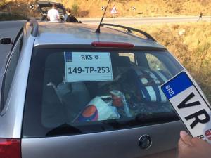 Na kosovské území nesmí auta se srbskou poznávačkou. Bělehrad poslal na hranici obrněné vozy