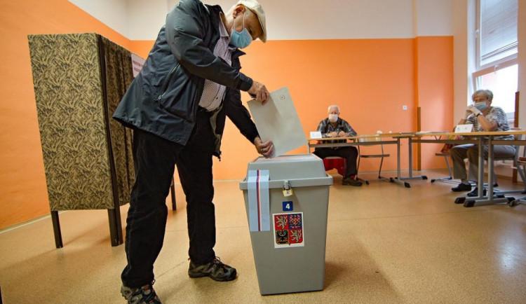 VOLBY 2021: Volební místnosti se otevřely. Lidé začali vybírat nové poslance
