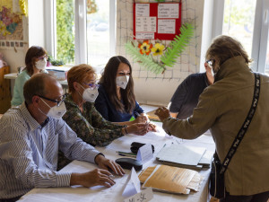 VOLBY 2021: Volební místnosti se uzavřely. Začalo sčítání hlasů